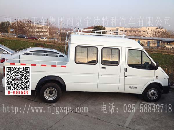 该车外观全白,车顶行李架以及后爬梯,乘员舱配置中央空调,额定